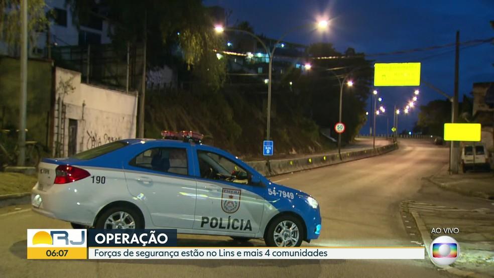 Polícia fecha acesso na Zona Norte à Autoestrada Grajaú-Jacarepaguá (Foto: Reprodução/TV Globo)