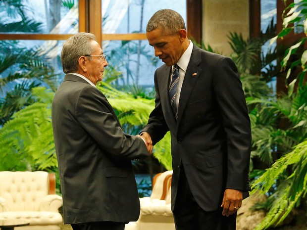 Barack Obama e Raul Castro apertam as mãos durante encontro histórico no Palácio da Revolução, em Havana (Foto: Carlos Barria/Reuters)