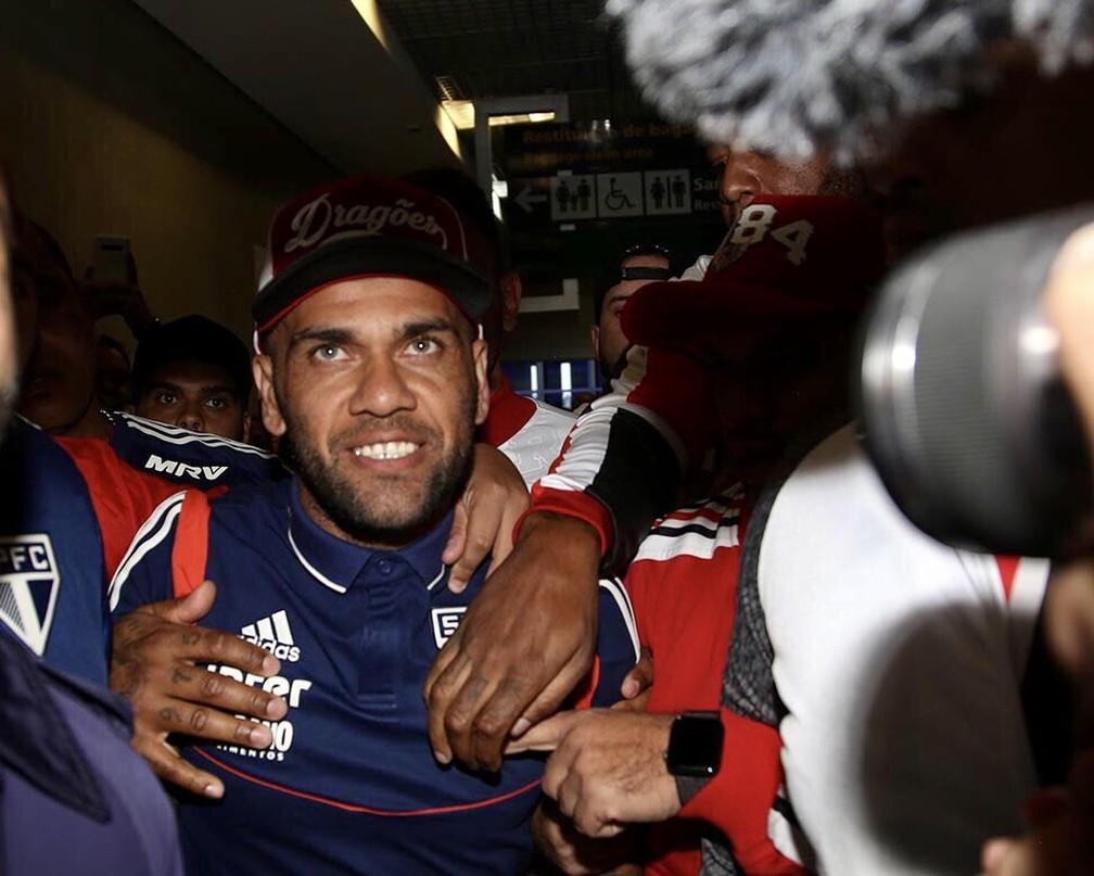 Daniel Alves no desembarque em Congonhas — Foto: São Paulo FC / divulgação