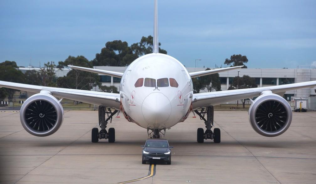 Tesla Model X reboca um Boeing 787-9 Dreamliner de 130 toneladas (Foto: Divulgação)