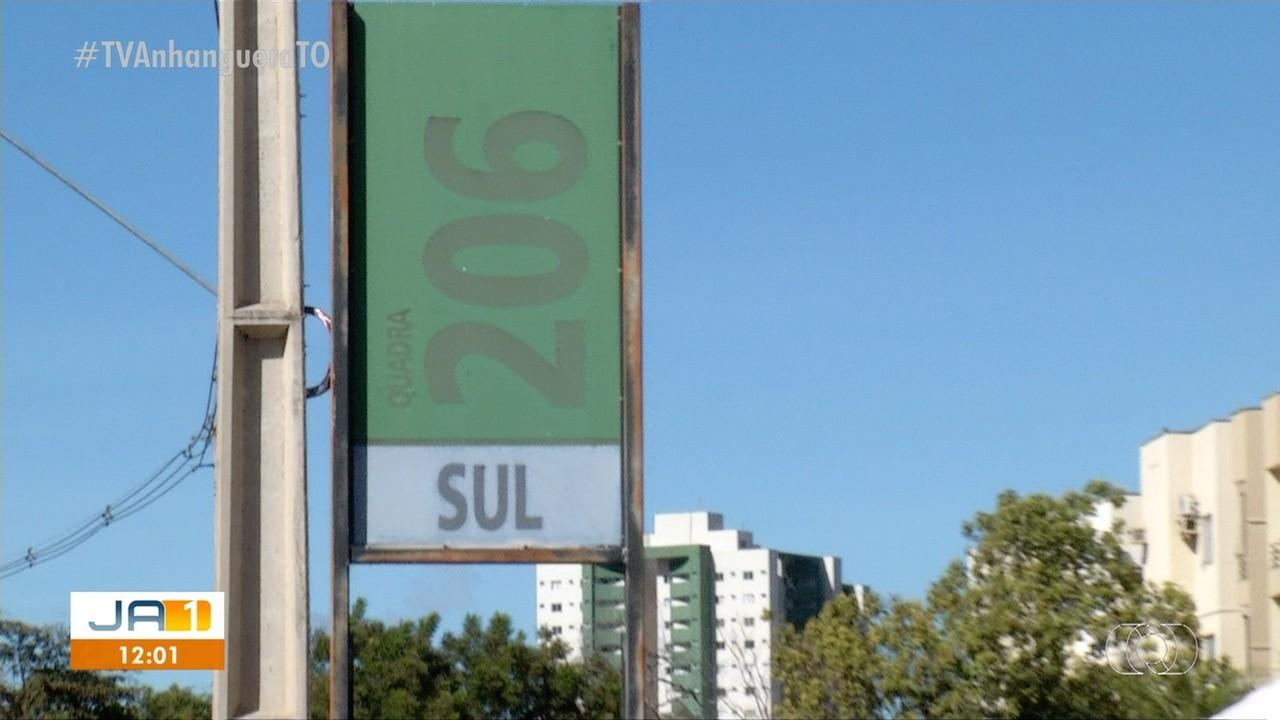 Dois anos após mudanças nos endereços em Palmas, placas de sinalização ainda não foram alteradas
