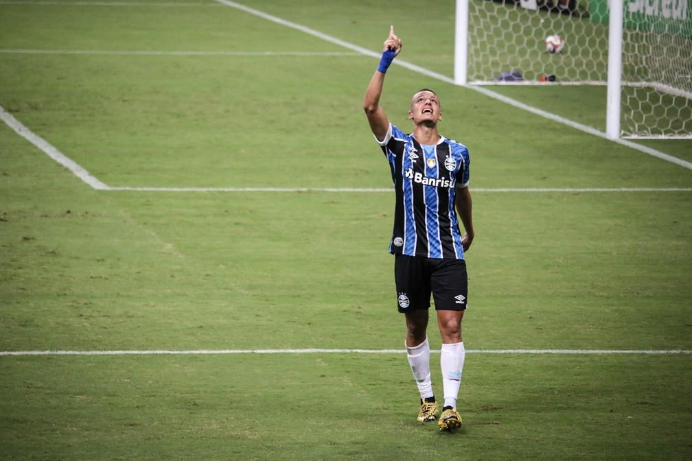 Ricardinho comemora gol pelo Grêmio no Gauchão — Foto: Lucas Bubols/ge.globo