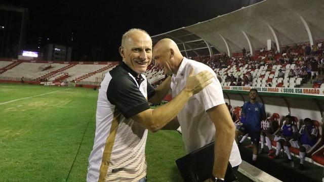 Sílvio Criciúma cumprimenta Dal Pozzo antes do jogo