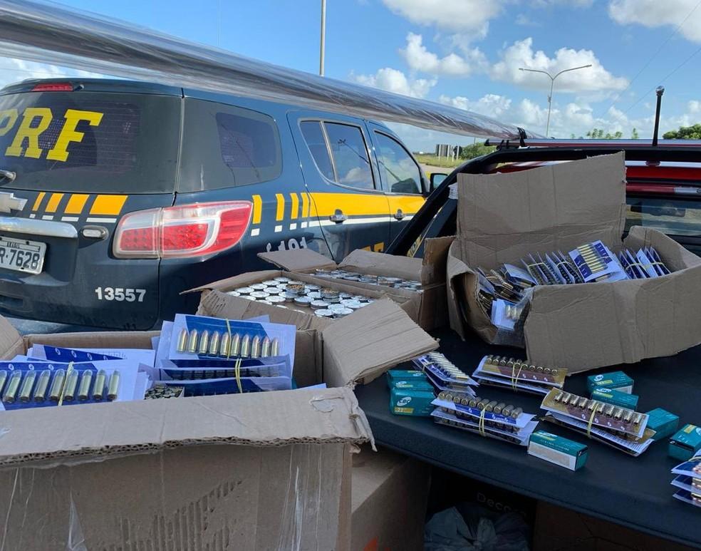 Mais de 5 mil munições são apreendidas dentro de carro na BR-101 em São Miguel dos Campos, AL — Foto: Ascom PRF