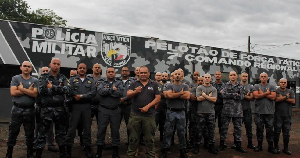 Policiais se uniram para raspar o cabelo em apoio aos colegas que fazer tratamento contra o câncer — Foto: Polícia Militar/Divulgação