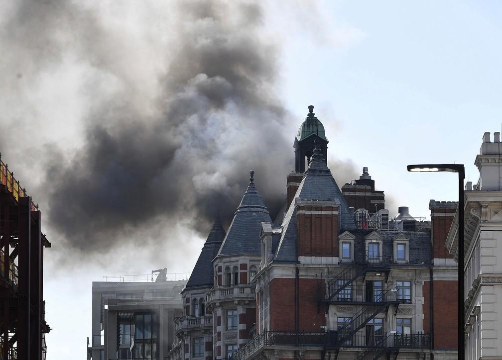 Bombeiros foram chamados para conter incêndio em hotel em Londres nesta quarta-feira (6) (Foto: John Stillwell/PA via AP)