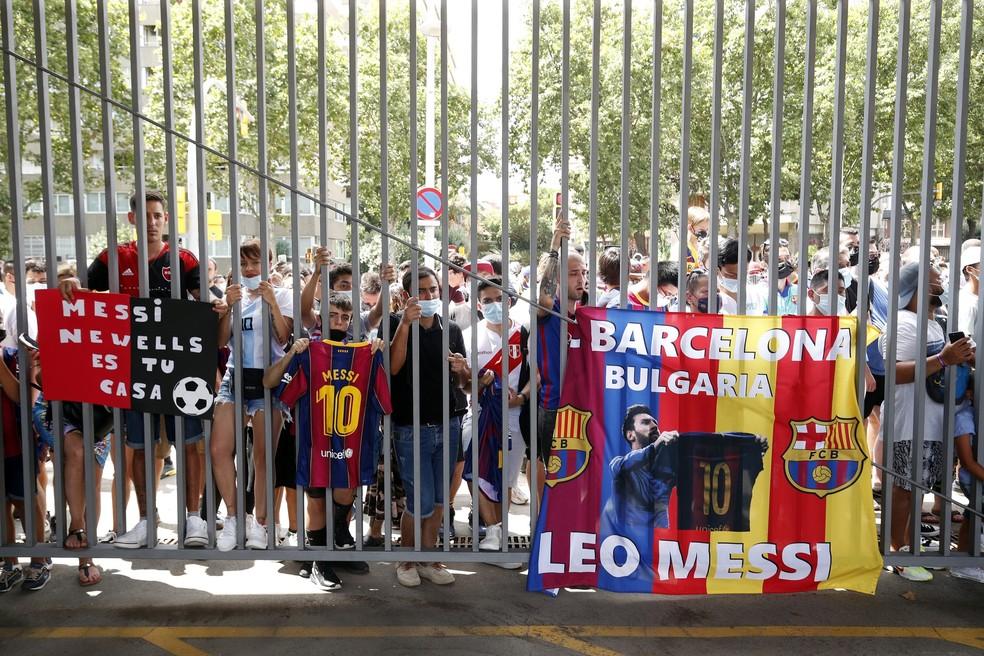 Torcedores do lado de fora do Camp Nou tentam ver Messi pela última vez — Foto: REUTERS