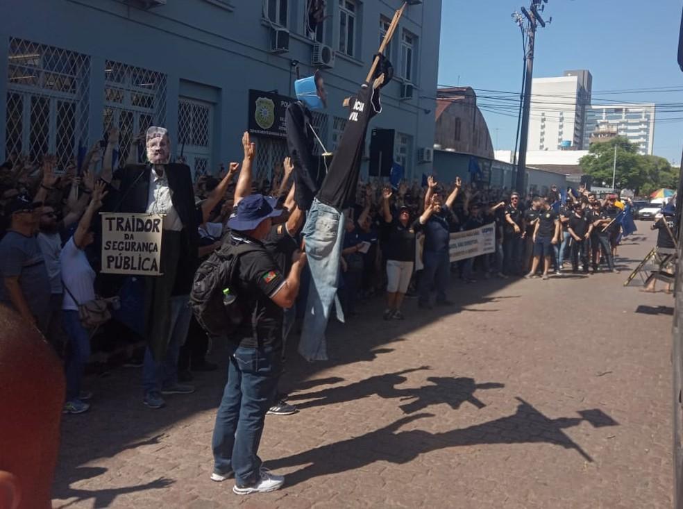 Bonecos com imagens do governador Eduardo Leite e o vice Ranolfo VIeira Jr. são levados por manifestantes — Foto: Jonas Campos