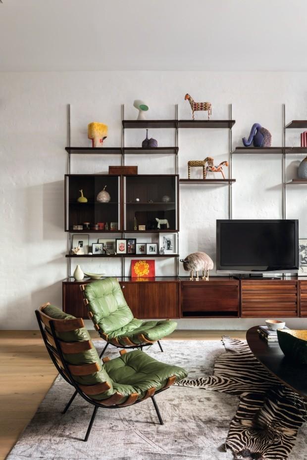 Décor do dia: estante prática e móveis vintage na sala de estar (Foto: Fran Parente )