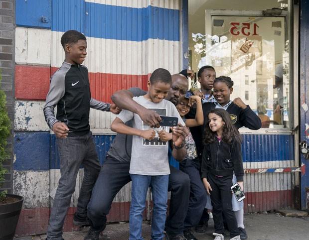 Luke Cage (Mike Colter), com a criançada do Harlem em cena da nova temporada (Foto: Divulgação Netflix)