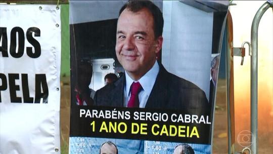 Manifestantes fazem protesto bem humorado para marcar um ano da prisão de Cabral