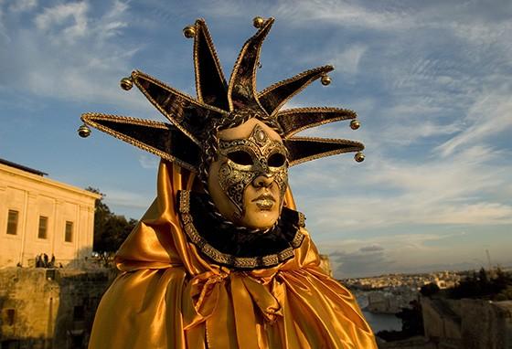 Uma máscara inspirada no carnaval de Veneza comprova a mistura cultural de Malta (Foto: © Haroldo Castro/Época)