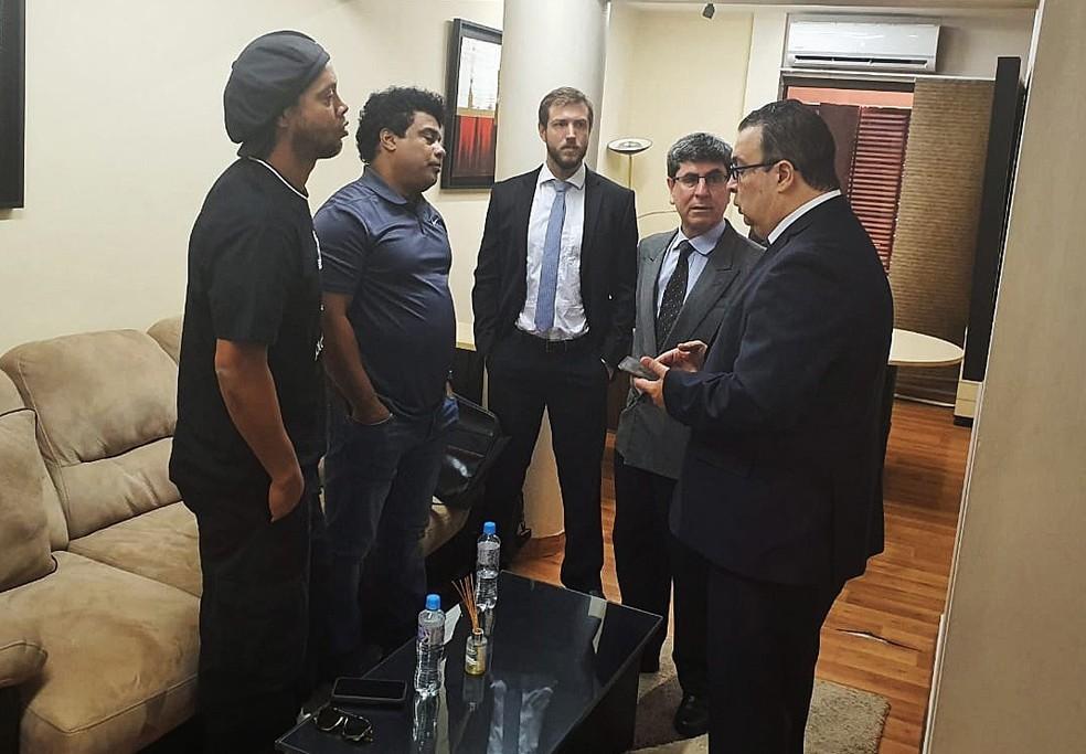 Ronaldinho Gaucho, Assis e advogados conversam com o promotor Federico Delfino, à direita, em seu escritório, no Paraguai — Foto: EFE/EPA/Paraguay Public Prosecutor