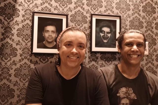 Os atores Rodrigo Fagundes e Wendell Bendelack vão mostrar seu apartamento no Rio no 'Pode entrar', no YouTube do GNT, a partir das 21h desta quinta, 26. A casa tem temática de terror, com quadros de zumbis (Foto: GNT)