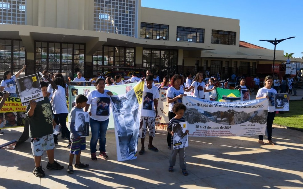 Manifestantes se reúnem em ato contra violência, em Goiânia, Goiás — Foto: Sílvio Túlio/G1