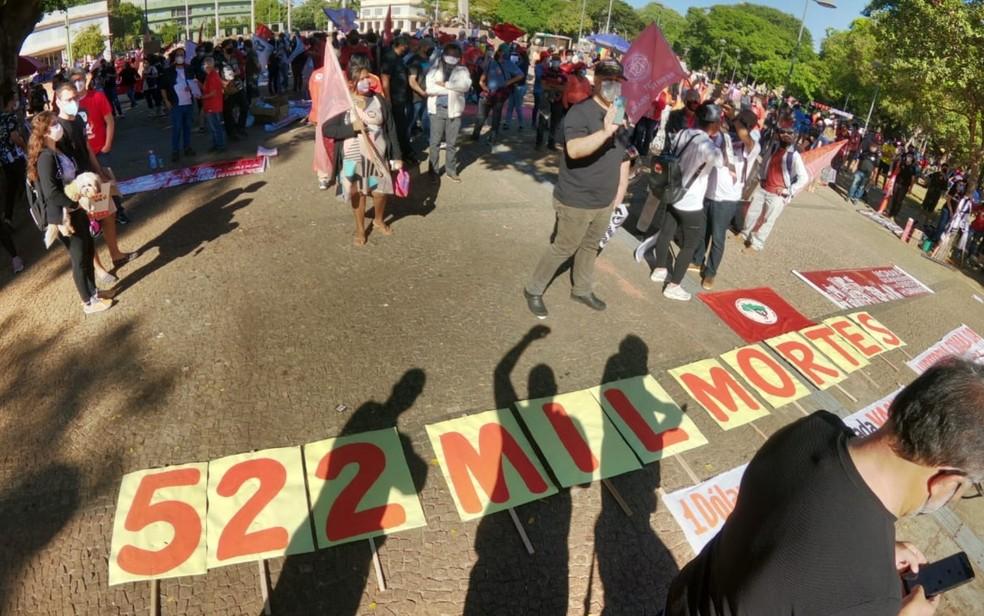 Manifestantes protestam contra Bolsonaro e a favor da vacina, em Goiânia- foto tirada às 9h45 — Foto: Reprodução/Zé Washington/TV Anhanguera