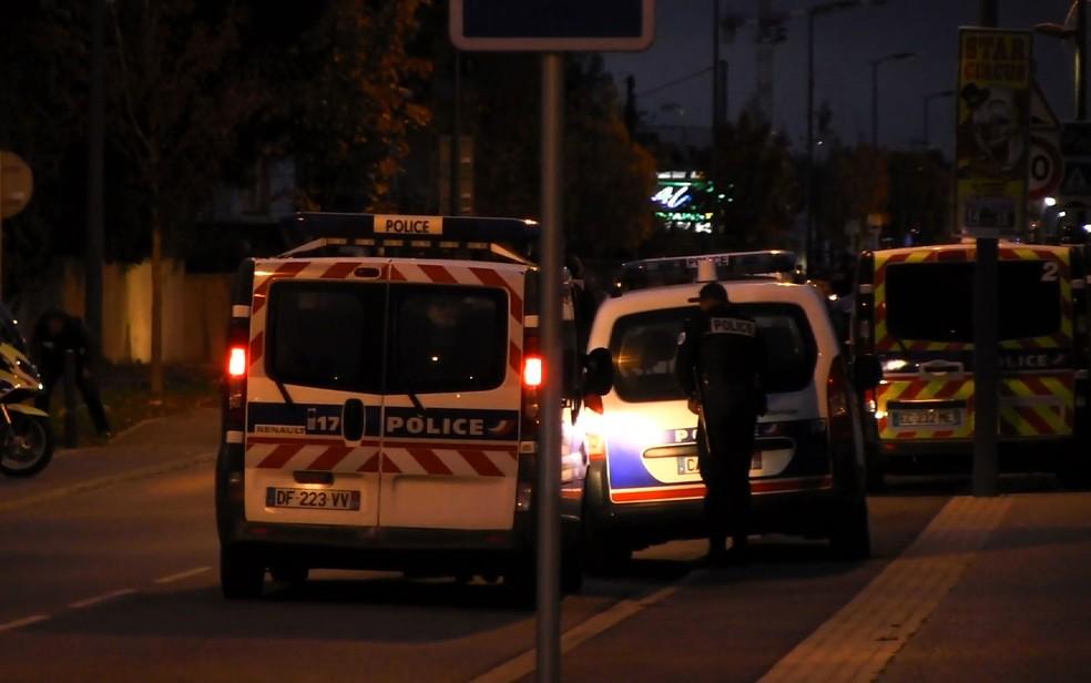 -  Carros de polícia são vistos em rua onde homem atropelou estudantes em Blagnac, na França, na sexta-feira  10   Foto: Hugues Jeanneau/AFP TV/AFP