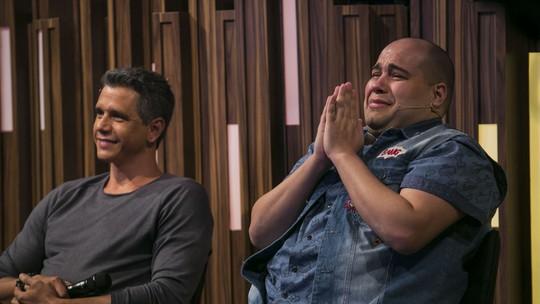 Tiago Abravanel recebe homenagem da banda Rouge e vai às lágrimas no 'Tamanho Família'