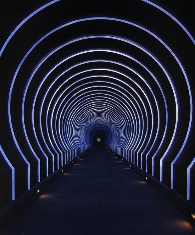 O acabamento de um dos túneis é composto por faixas de iluminação azul, imitando o céu estrelado (Foto: Florian Rolzherr/ James Turrel Studio/Archdaily/ Reprodução)