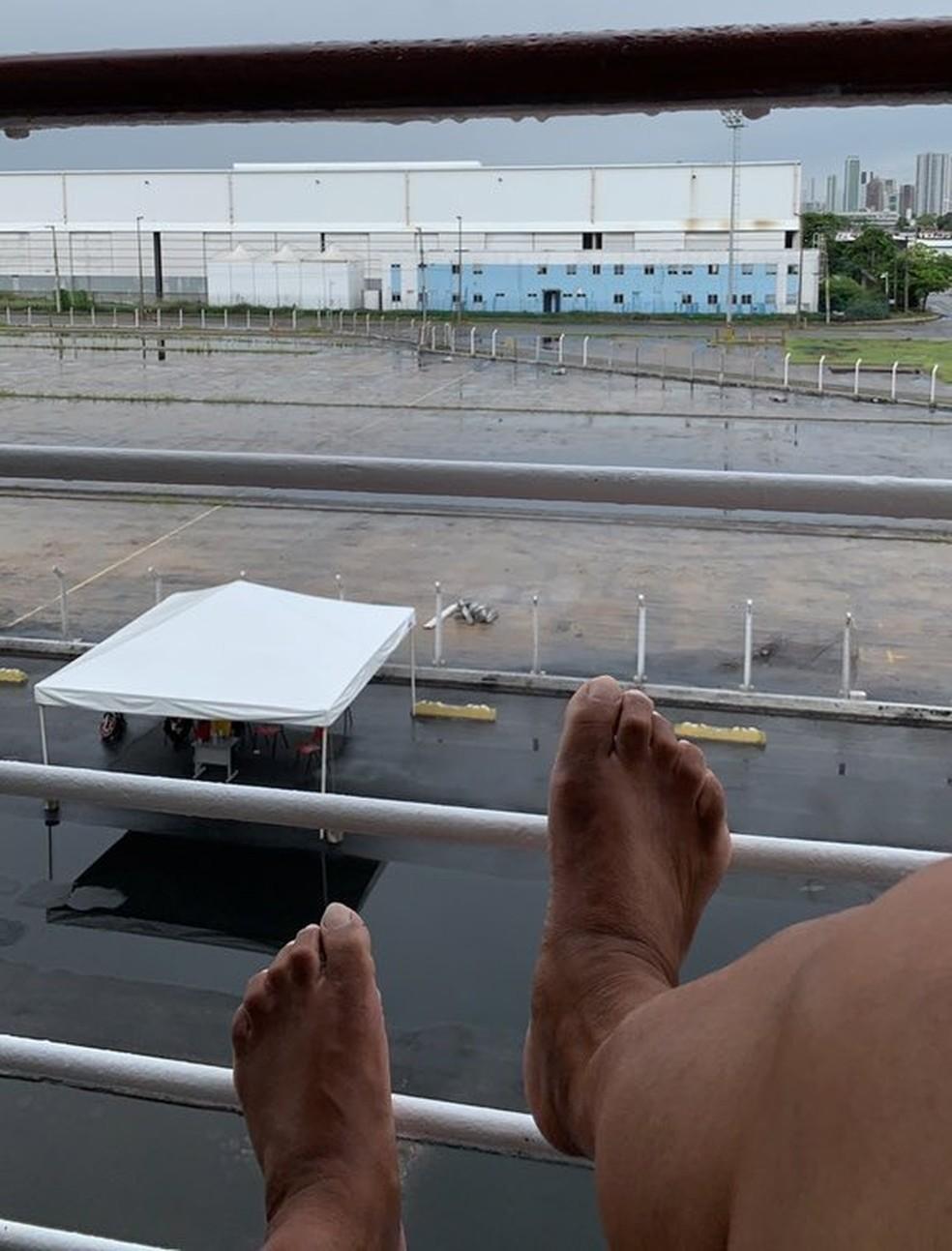 'Estamos confinados, mas em um hotel cinco estrelas', disse turista isolado em navio no Porto do Recife — Foto: Reprodução/Arquivo pessoal