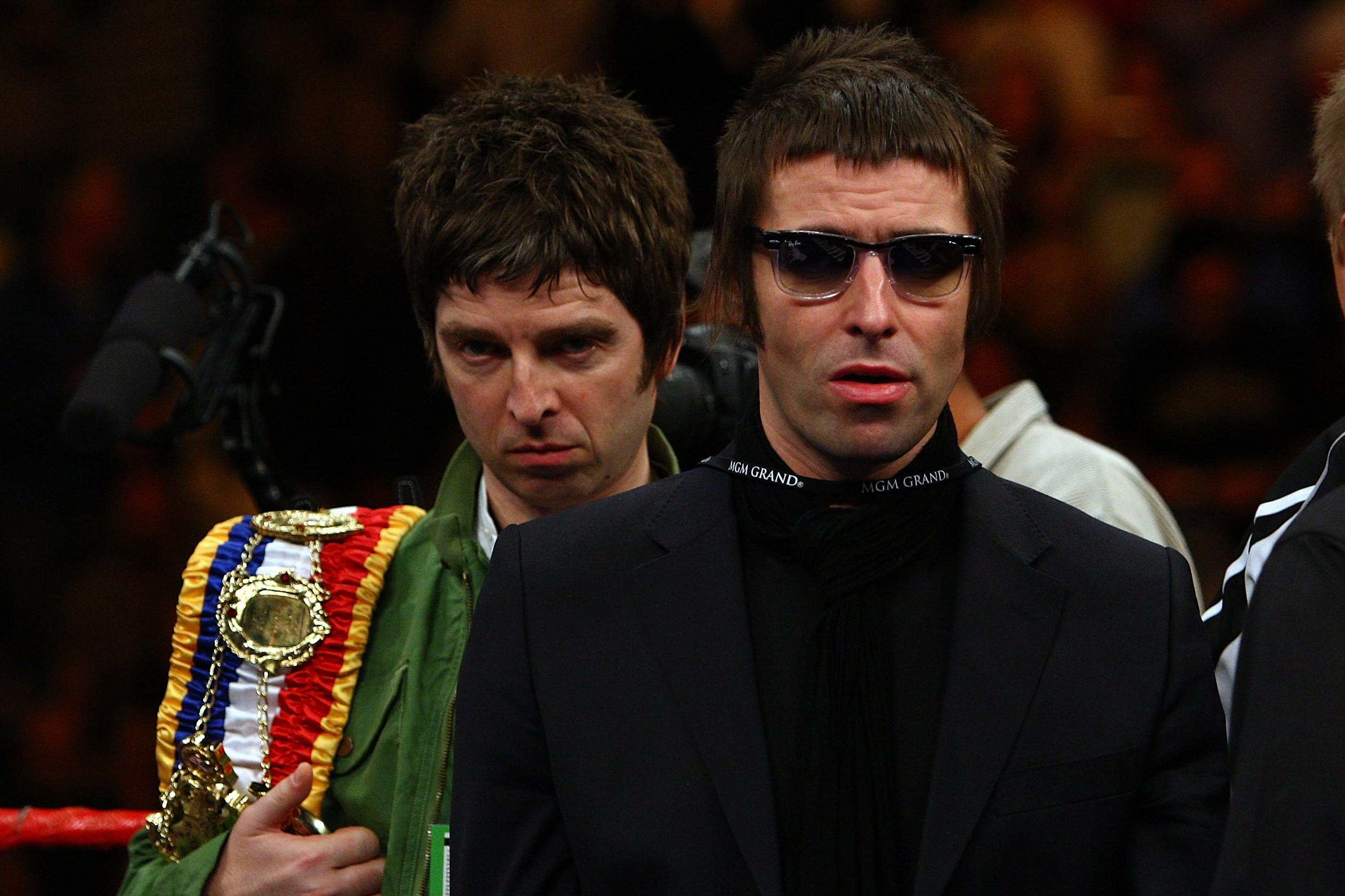 Os irmãos Liam e Noel Gallagher eram membros do Oasis até que, em 2009, após uma enorme briga nos bastidores de um show, a banda de rock acabou, assim como a amizade entre os dois (Foto: Getty Images)