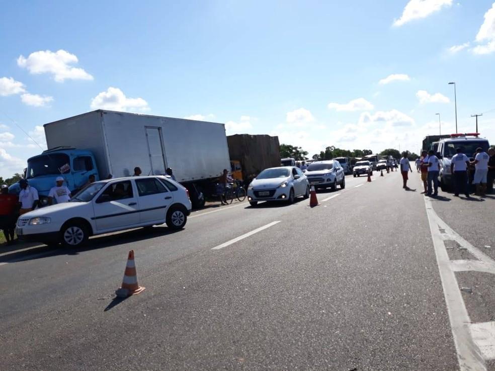 Protesto no Km 75 da rodovia BR-101 (Foto: Kamilla Póvoa/Inter TV)