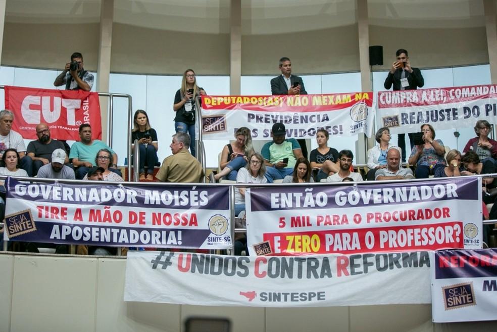 Servidores e sindicalistas protestaram na Alesc contra a reforma da Previdência estadual. — Foto: Rodolfo Espínola/Agência AL