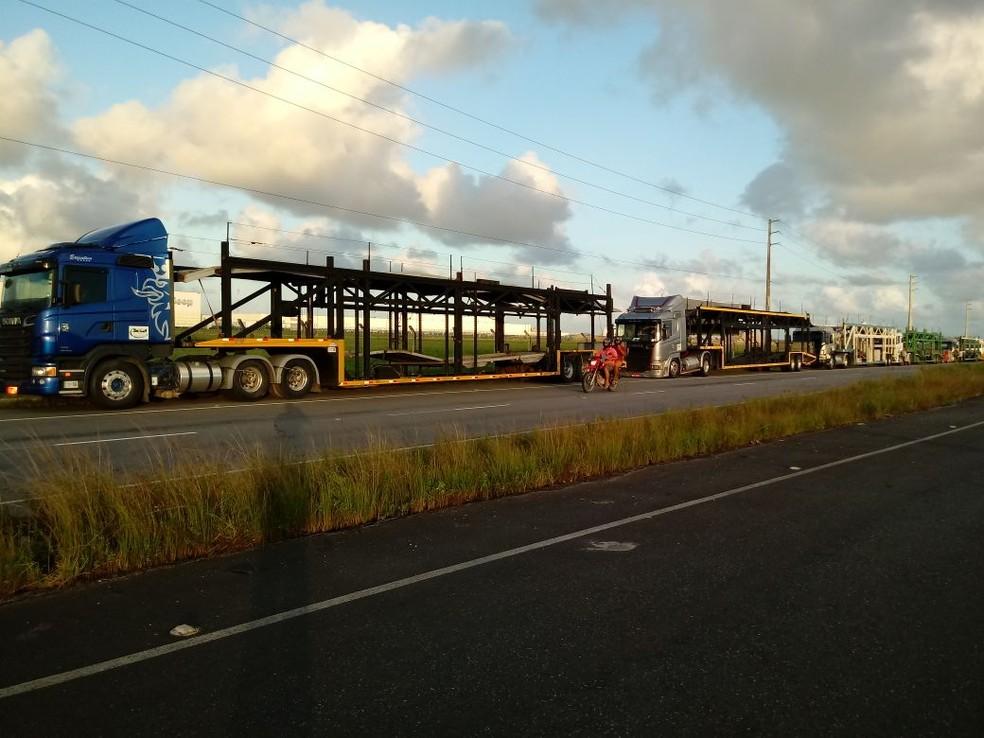 Após protesto no Centro e na Zona Sul do Recife, caminhões-cegonha foram para a BR-101, em Goiana, na Mata Norte de Pernambuco (Foto: Samuel Rodrigues/Divulgação)