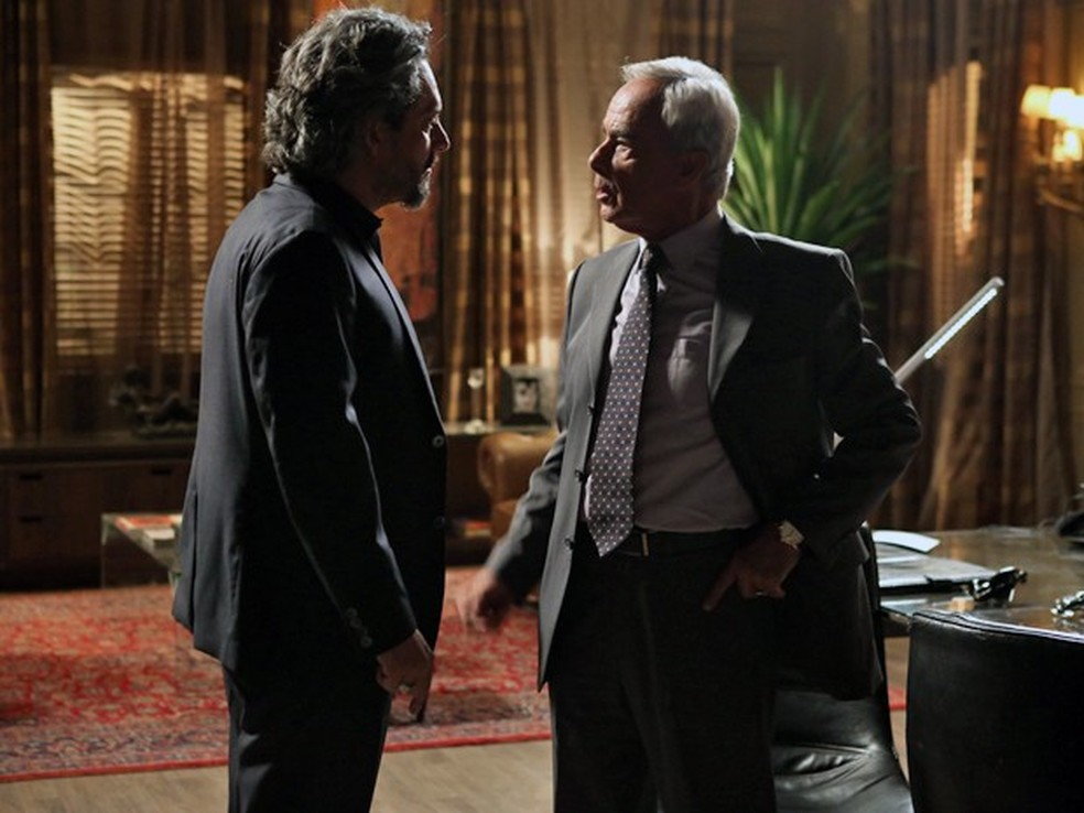 José Alfredo (Alexandre Nero) acusa Merival (Roberto Pirillo) de ser Fabrício Melgaço - 'Império' — Foto: Pedro Curi/Globo