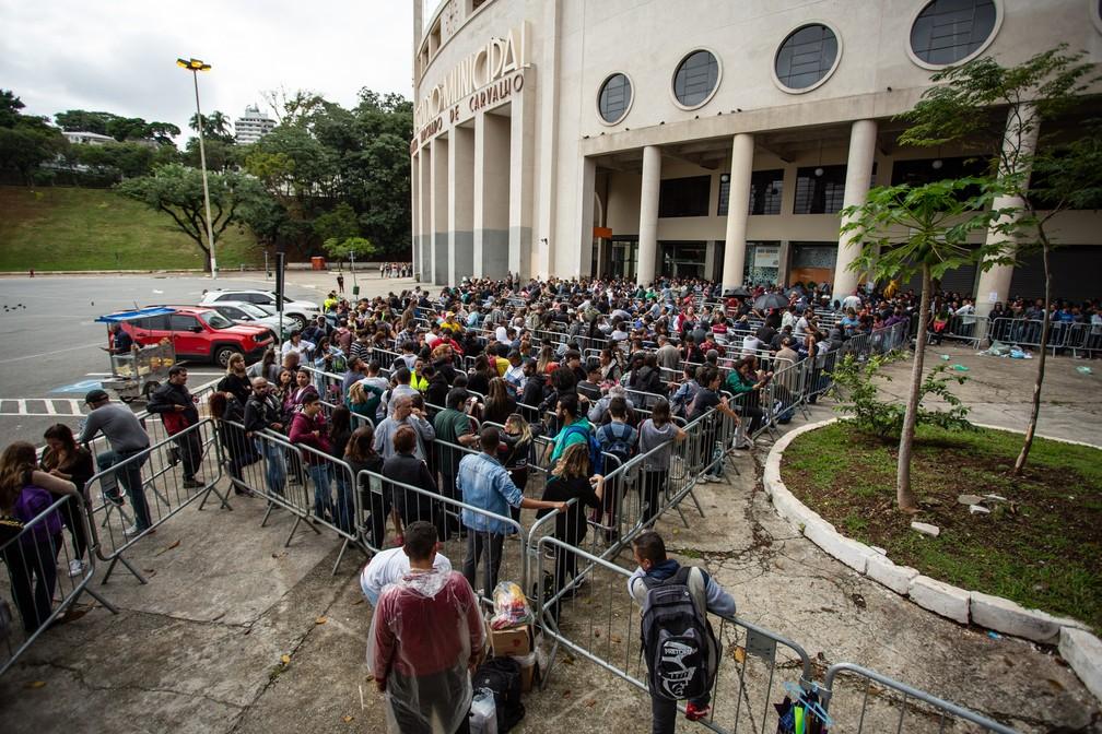 Fãs aguardam na fila diante do Estádio do Pacaembu para comprar ingressos do show de 30 anos de carreira da dupla Sandy e Junior — Foto: Fábio Tito/G1