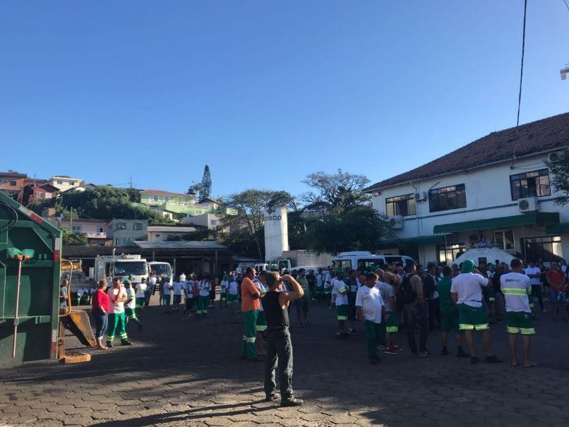 Após paralisação de 24h, trabalhadores da Comcap decidem retomar coleta de resíduos em Florianópolis