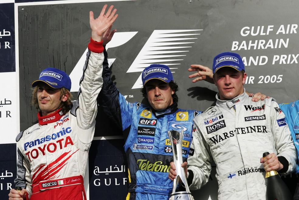 Trulli, Alonso e Raikkonen no pódio do GP do Barein de 2005 — Foto: Getty Images