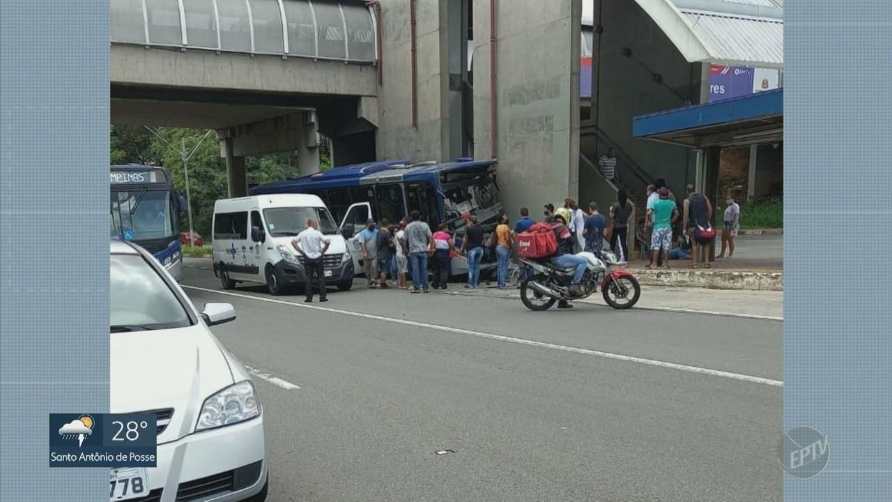 Ônibus bate na plataforma de transferência na Avenida Lix da Cunha, em Campinas