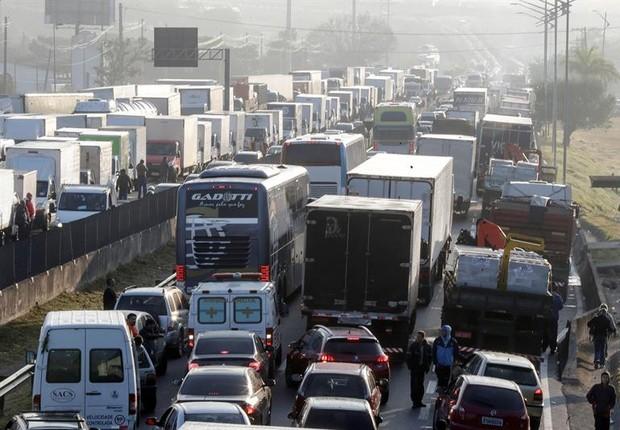 Greve de caminhoneiros em várias cidades do Brasil contra aumento do diesel - transporte - frete - trânsito (Foto: EFE/Sebastião Moreira)