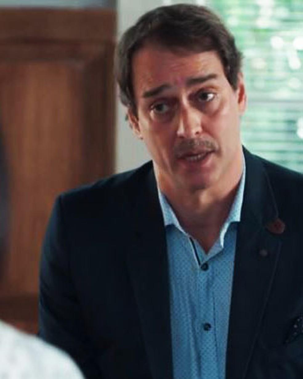 Edgar (Marcello Antony) é ameaçado por Mitsuko (Lina Agifu) em 'Malhação - Viva a Diferença' — Foto: Globo