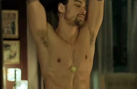 Raphael Sander fez uma cena de striptease na trama Reprodução