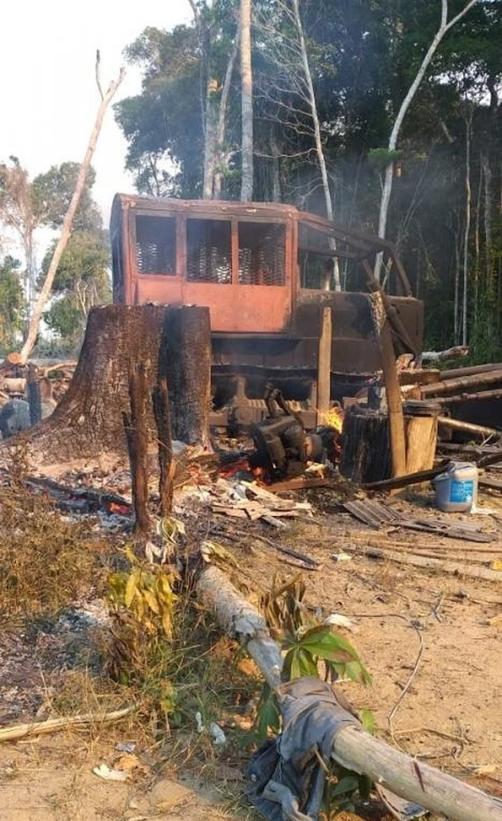 Trator é destruído por incêndio criminoso na Estrada do Chaules — Foto: Arquivo Pessoal
