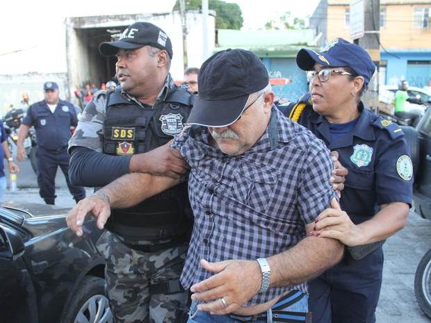 Guarda municipal de Camaragibe prestou depoimento e não quis falar com a imprensa (Foto: Aldo Carneiro/Pernambuco Press)