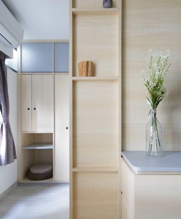 Apesar dos pequenos 42 m², o apê conta com divisórias de madeira que delimitam os cômodos (Foto: Sim-Plex/ Reprodução)