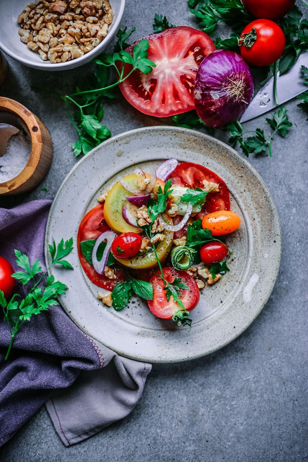 Salada colorida é feita com cinco tipos de tomates, abobrinha e nozes (Foto: Simplesmente)