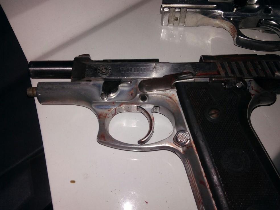 Duas pistolas usadas pelos bandidos foram apreendidas (Foto: PM/Divulgação)