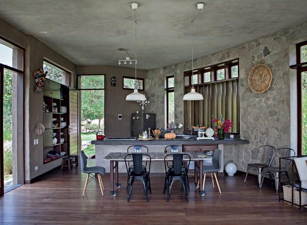 COZINHA | Sem divisões, o bloco superior, de 58 m², compreende a cozinha e a sala de estar. Para garantir uma boa dose de iluminação e ventilação natural, todas as paredes ganharam janelas. O pé-direito generoso, de 3,20 m, faz com que o espaço pareça mai (Foto: Lufe Gomes/Casa e Jardim)