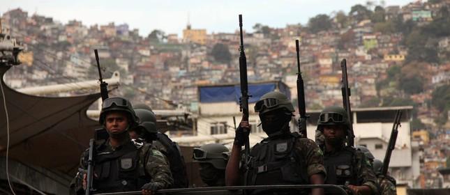 Exército na Rocinha (Foto:  Marcos Arcoverde / Estadão)