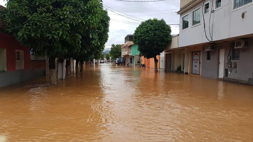 Diferentes bairros ficaram totalmente inundados em Porciúncula após cheia do Rio Carangola — Foto: Prefeitura de Porciúncula/Divulgação