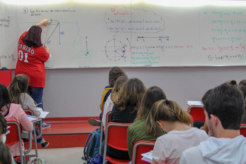 Sisu tem prazo de inscrição adiado. Na foto, professora ensina matemática em cursinho pré-vestibular de São Paulo (SP). — Foto: Gabriel Mialchi/Oficina do Estudante