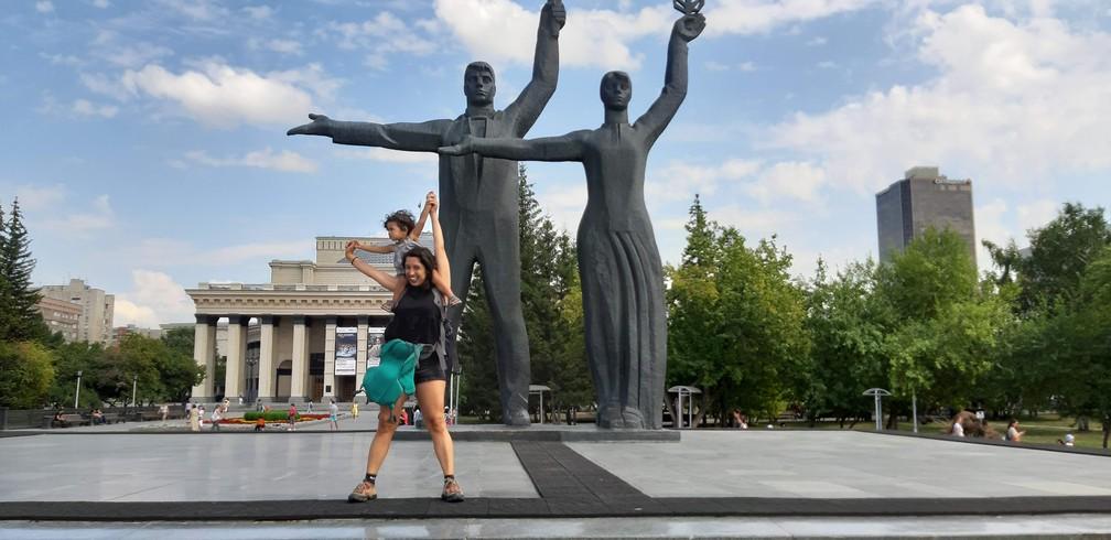 Gabriela e Olívia em Novosibirsk, na Sibéria. — Foto: Arquivo pessoal/Gabriela Antunes