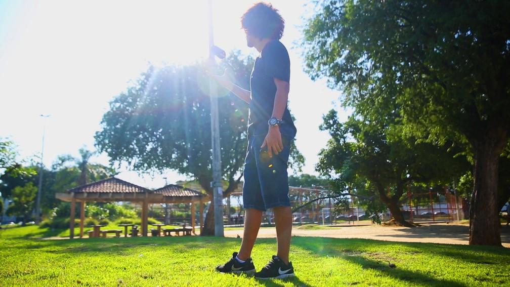 Mc Estudante na praça Guilherme da Silveira, em Padre Miguel — Foto: Jorge Soares/G1