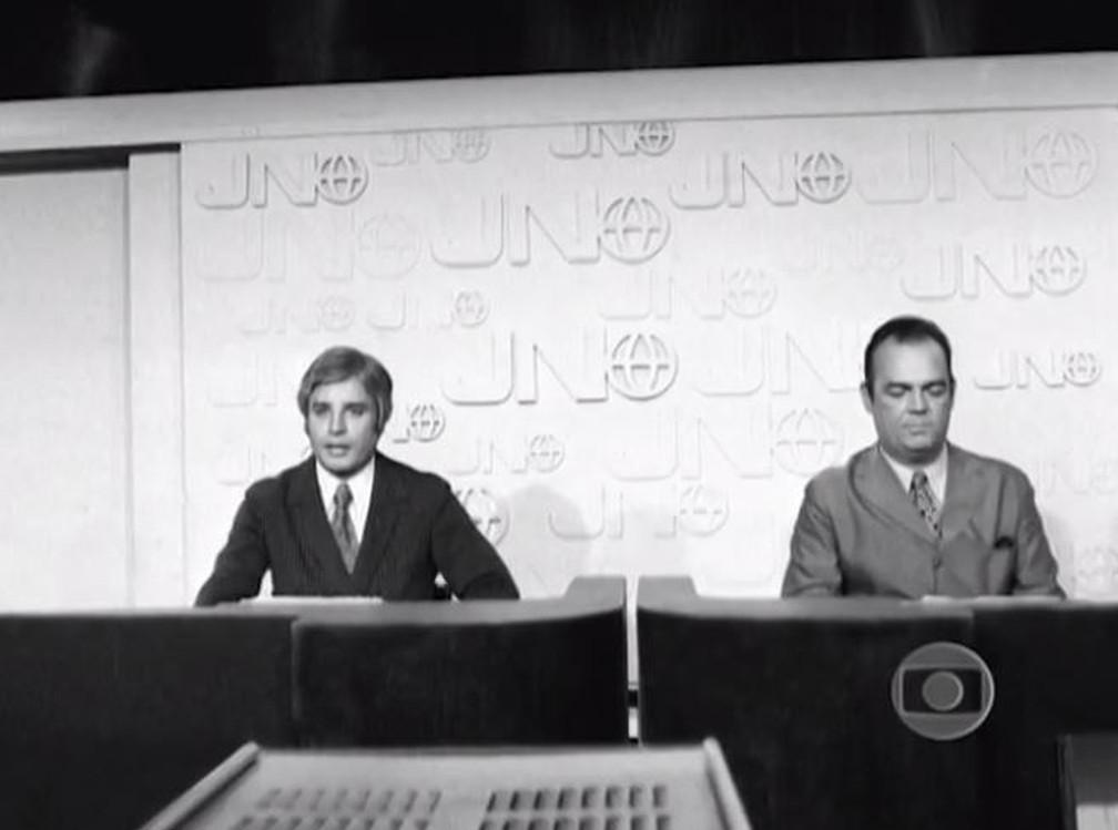 Cid Moreira e Hilton Gomes no Jornal Nacional em 1969 — Foto: Memória Globo