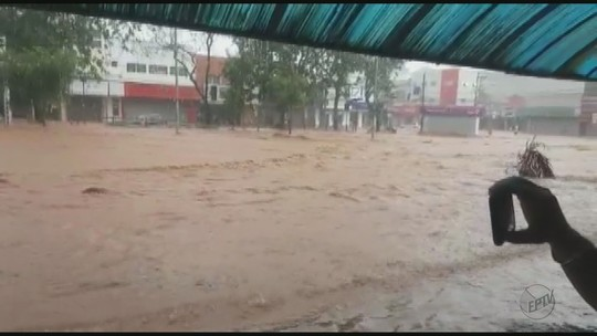 Chuva forte em São Carlos, SP, causa pontos de alagamento; veja fotos e vídeo