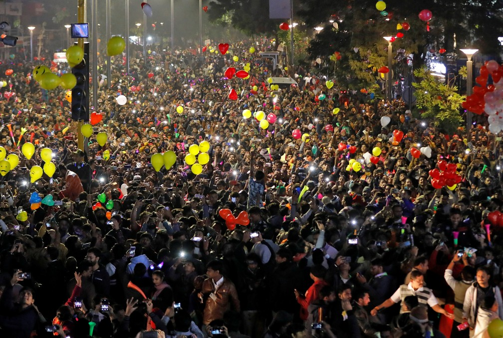 Pessoas soltam balões em comemoração à chegada de 2020 em Ahmedabad, na Índia, na quarta-feira (1º). — Foto: Amit Dave/Reuters